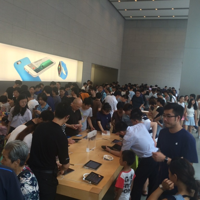 "The busiest ""Apple"" store in the World is in Shanghai"
